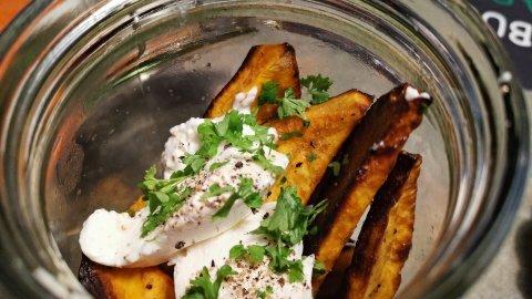 Süßkartoffelspalten mit Ziegenfrischkäse