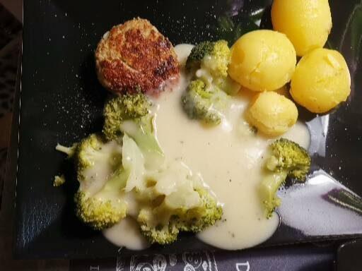 Brokkoli mit Klöpschen und Kartoffeln