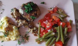 Klöpschen mit Tomaten und Bohnensalat