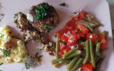 Klöpschen mit Tomaten-Bohnen-Salat