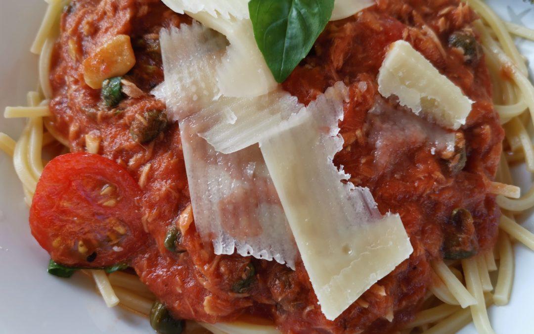 Spagetti mit Tomaten-Thunfischsoße und Kapern