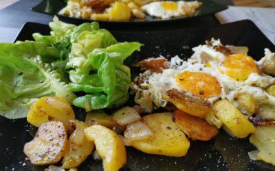 Bratkartoffeln mit Spiegelei und süßem Salat