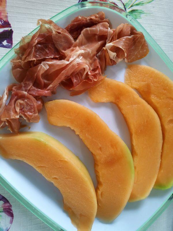 Parmaschinken mit Cantaloupe Melonen spalten