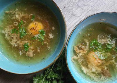 Kraftbrühe mit frischen Ei