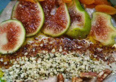 Porridge aus Haferkleie mit frischen Feigen