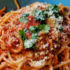 Spagetti mit Hackfleisch-Champion-Soße und Parmesan