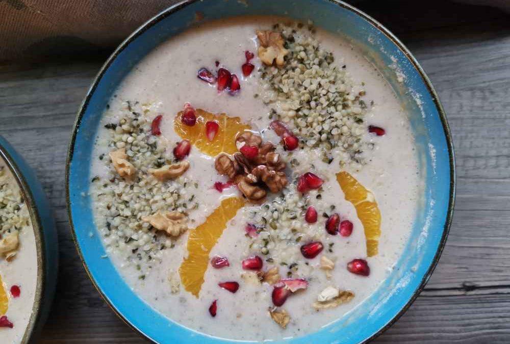 Süße Suppe aus Erdmantelflocken und Eiweiß Pulver mit Früchten und Nüssen