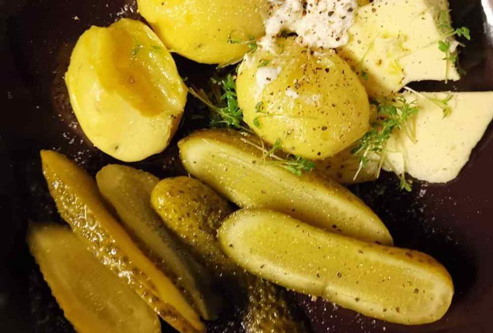 Pellkartoffeln mit Butter Gurke