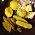 Pellkartoffeln mit Buter und Gurke