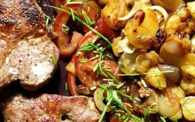 Leber mit Bratkartoffeln und Tomatensalat