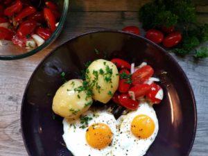 Tomatensalat mit Zwiebeln, Spiegelei und Kartoffeln