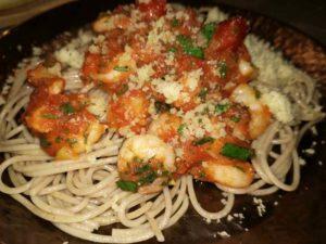 Spagetti mit Scampi, Tomatensoße und Parmesan