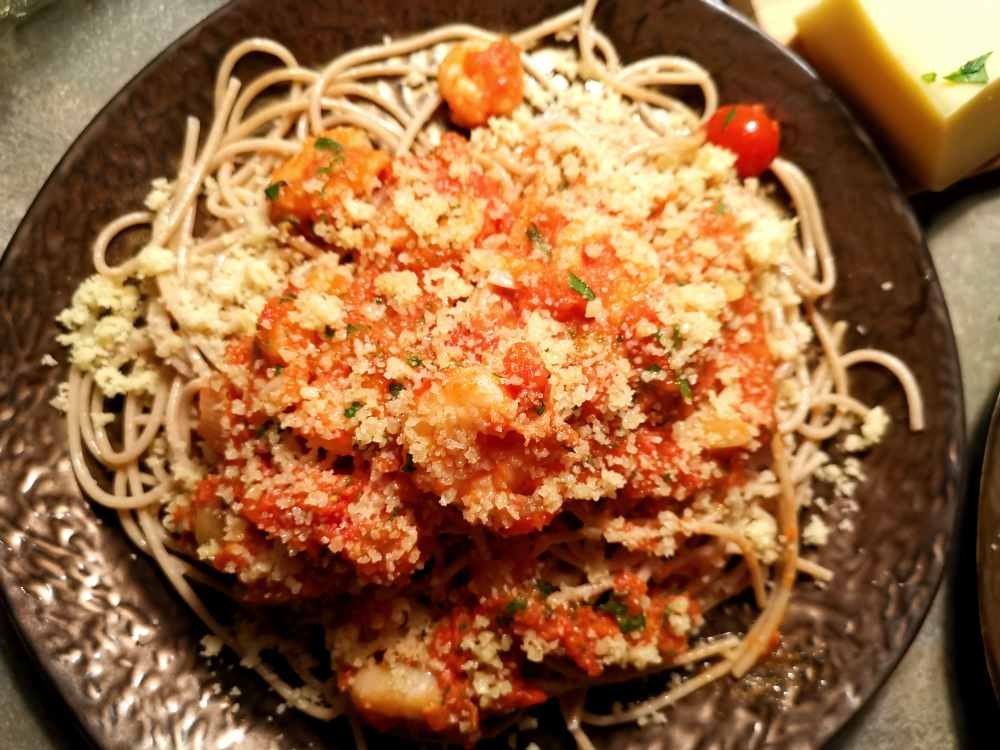 Scampi mit Toatensoße, Parmesan und Dinkelspagetti
