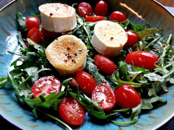 Ziegenkäse mit Rucola Tomatensalat
