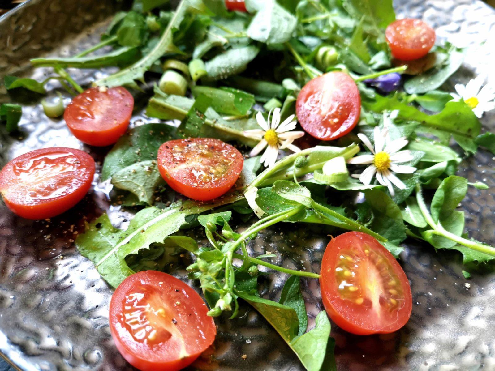 Wildkräuter mit Tomaten und Blüten