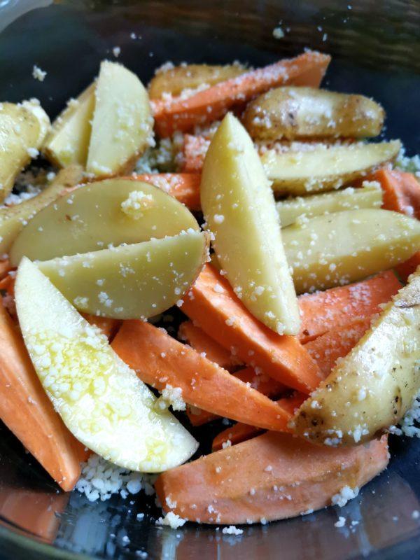 Kartoffelspalten mit Öl und Parmesan