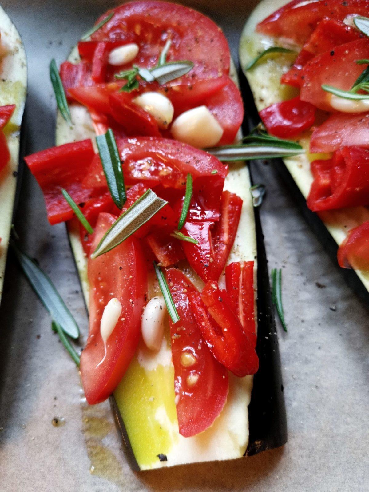 Auberginen mit Paprika und Tomaten