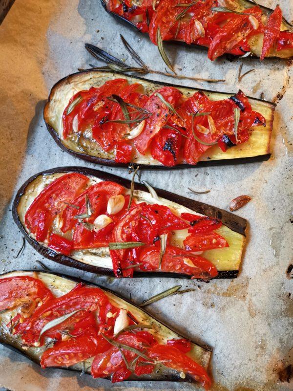 gebacken Auberginen mit Paprika, Tomate und Knoblauch