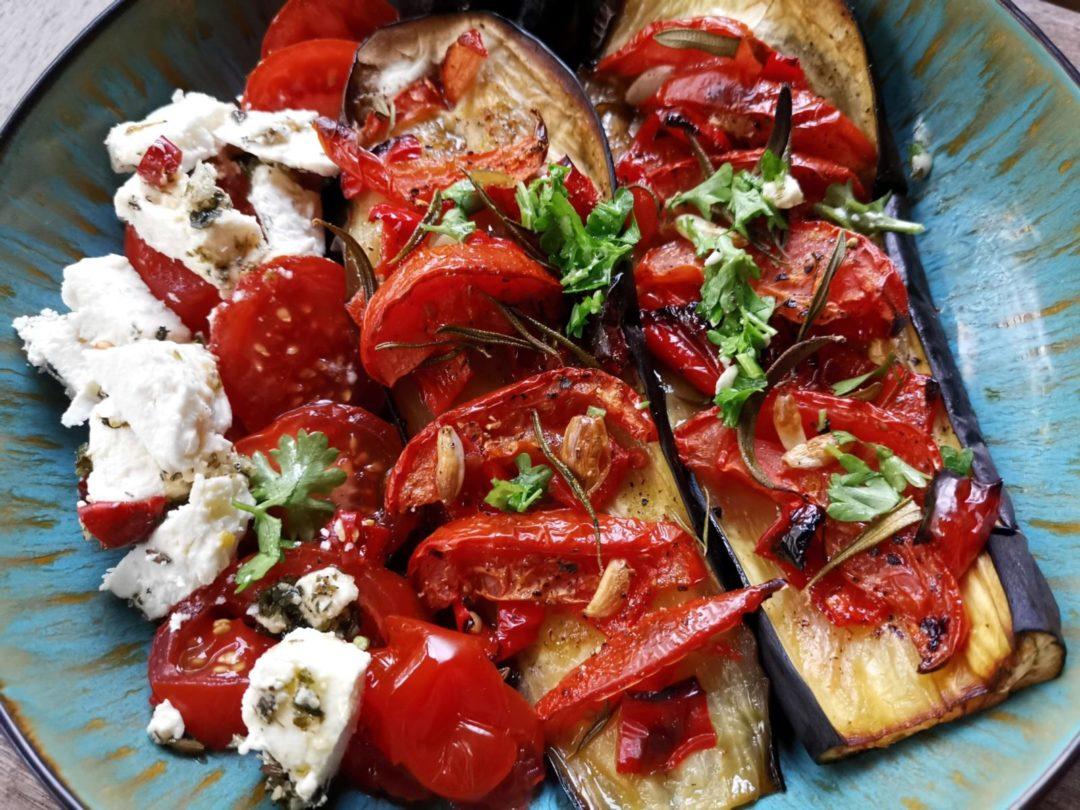 gebackene Auberginen mit Tomaten-Feta-Salat