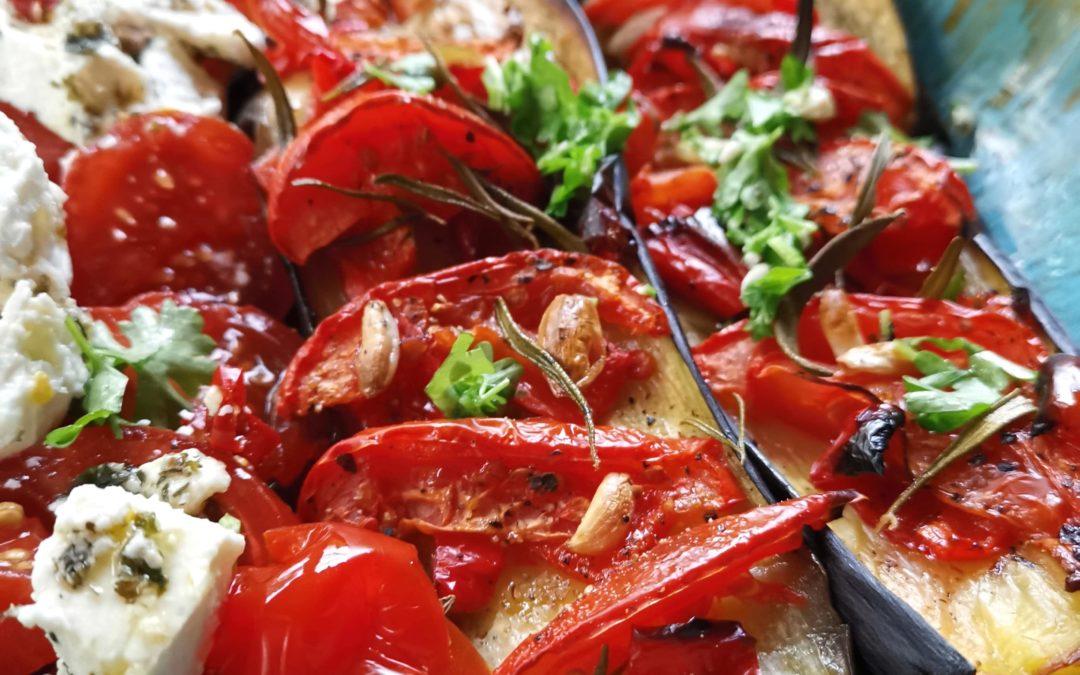 Auberginen mit Paprika und Tomatensalat