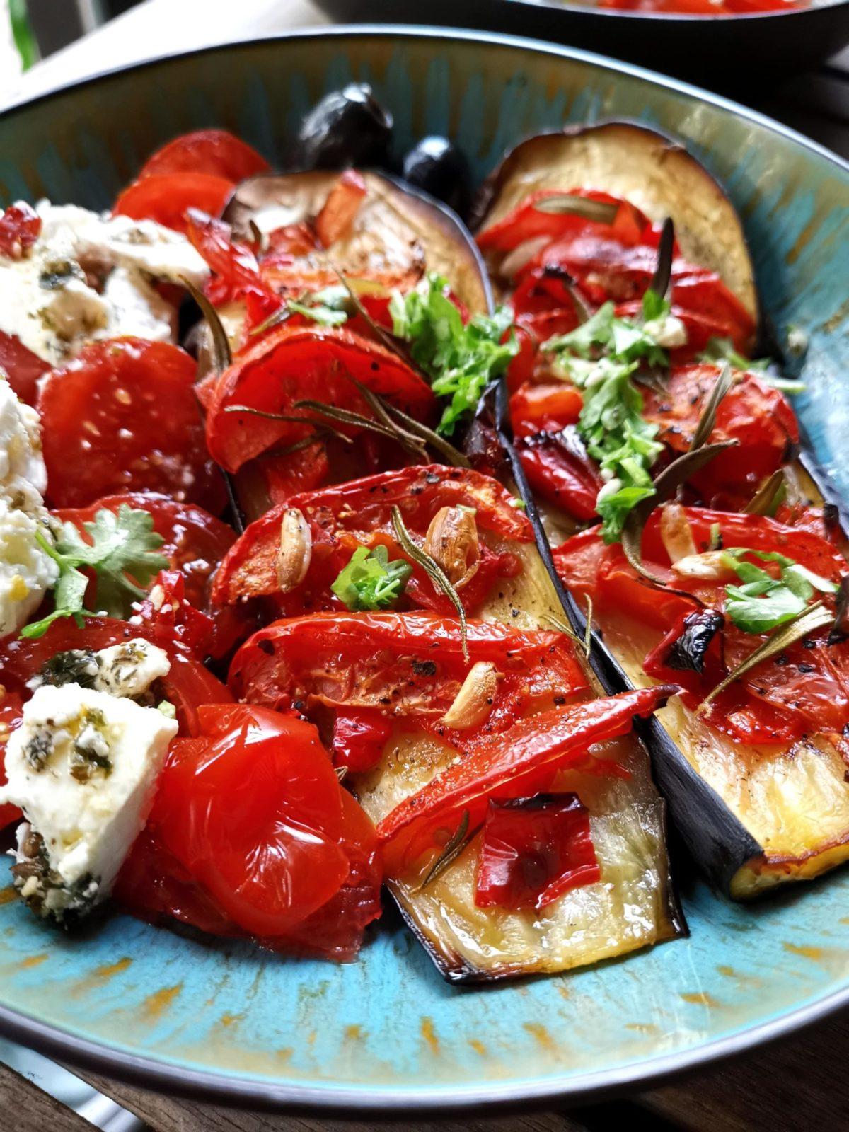 gebackene Auberginen mit Tomaten Feta Salat