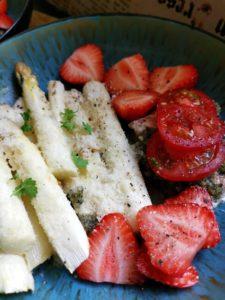 Spargel mit Erdbeeren und Lachs