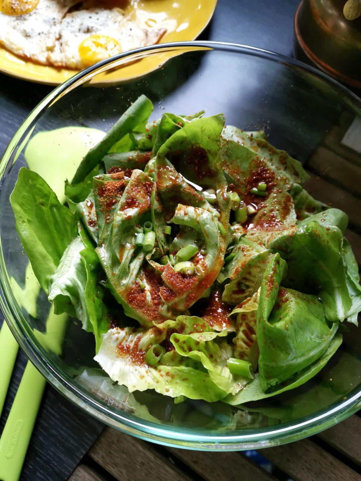 grüner Salat mit Zitrone und Kokosblütenzucker