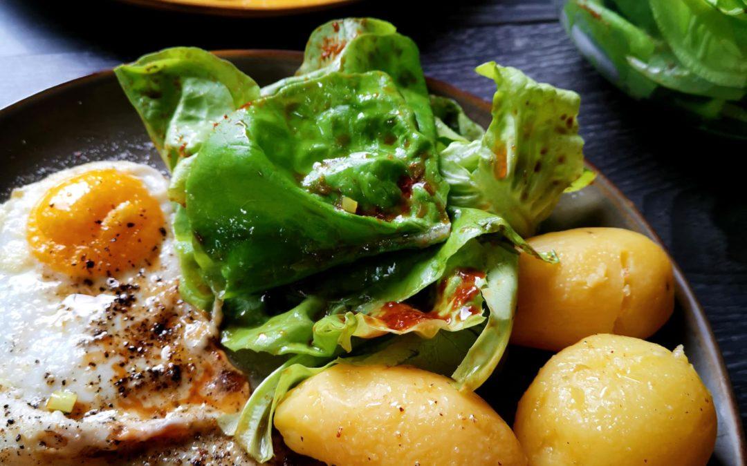 Pellkartoffeln, Spiegeleiund grüner Salat