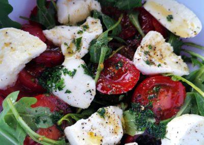 Rucolasalat mit Tomaten und Büffelmozzarella