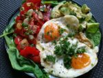 Avocado mit Spiegelei und Tomaten