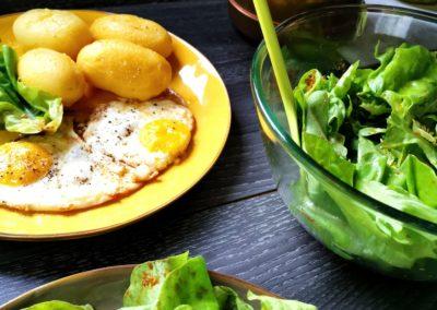 Pellkartoffeln mit Spiegelei und grünem Salat
