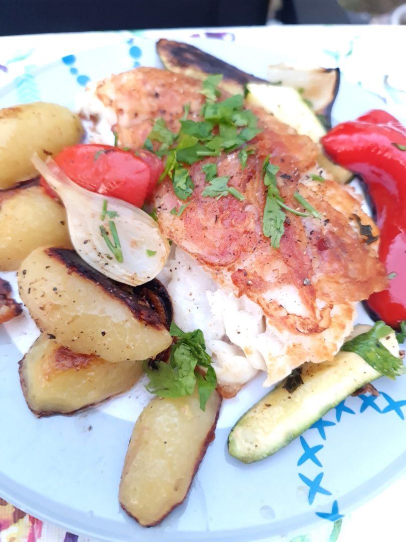 Fischfilet mit Grillkartoffeln und mediterranem Gemüse