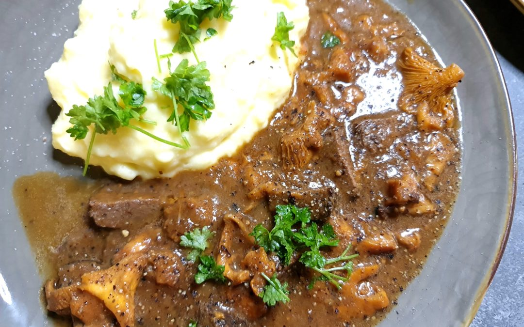 Ragout vom Hirsch mit Pfifferlingen und Kartoffelstampf