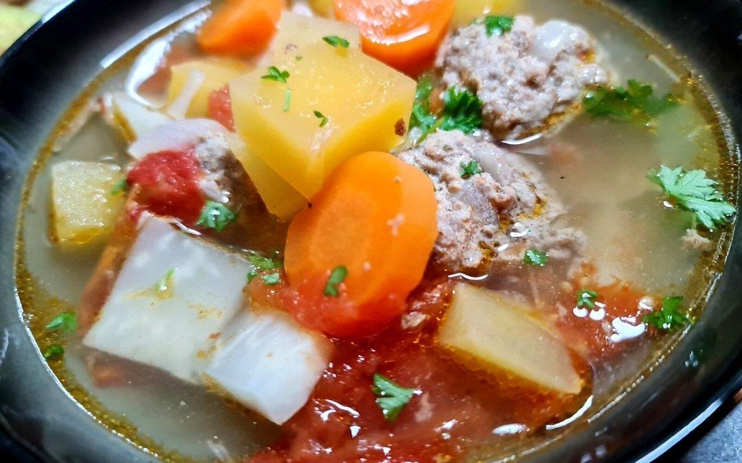 Fleischklößchensuppe mit Steckrüben