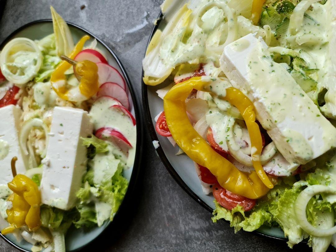 Frühlingssalat nach griechischer Art mit Feta