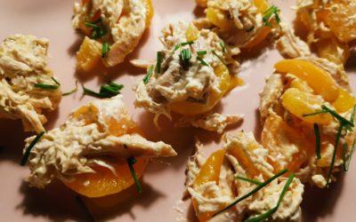 Hähnchensalat in Aprikosenhälften