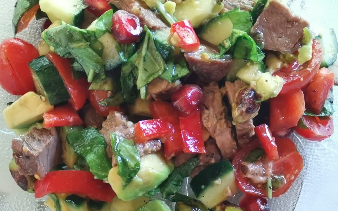 Bunter Rindfleischsalat mit Avocado und Granatapfel